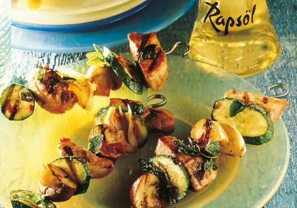 Marinierte Fleischspieße mit Zucchini