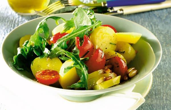 Kartoffelsalat mit Tomaten und Rucola